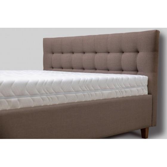 Klasika jau tapęs galvūgalis miegamojo erdvei suteikia namų ramybės pojūtį.